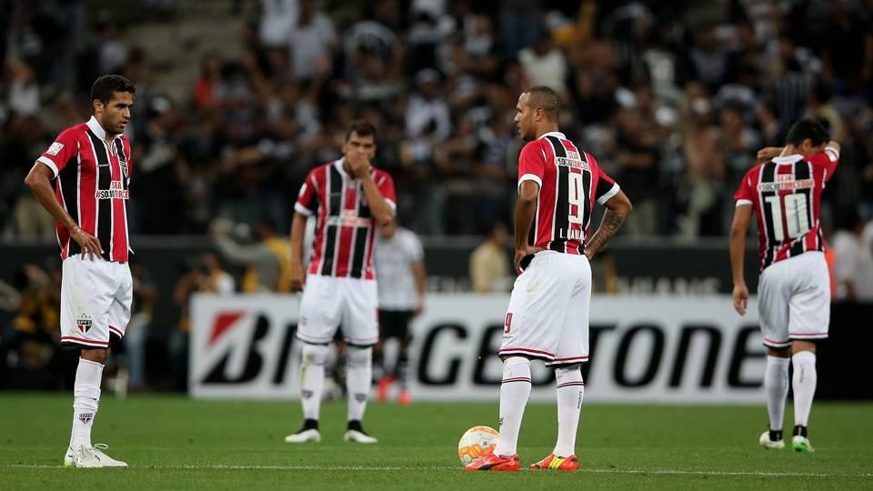 Jogadores do São Paulo esperam recomeço da partida após o gol de Elias