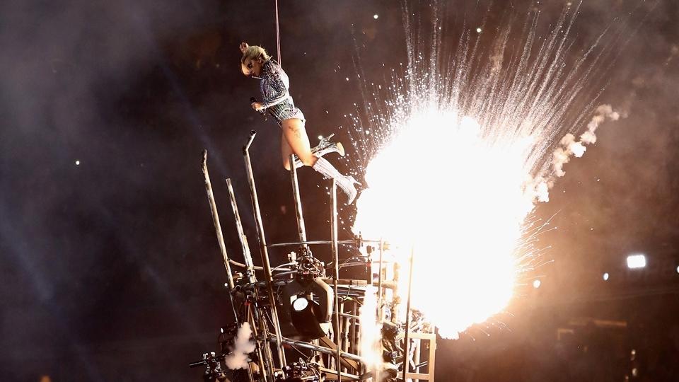 Explosão! E Lady Gaga sai voando em sua apresentação no show do intervalo do Super Bowl LI