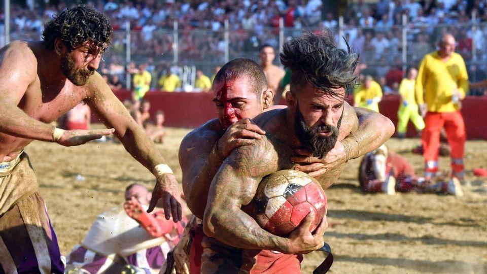 Calcio storico não tem muitas regras que limitam o contato, embora seja proibido bater um oponente por trás. Mas é permitido dar um tackle pelas costas do adversário