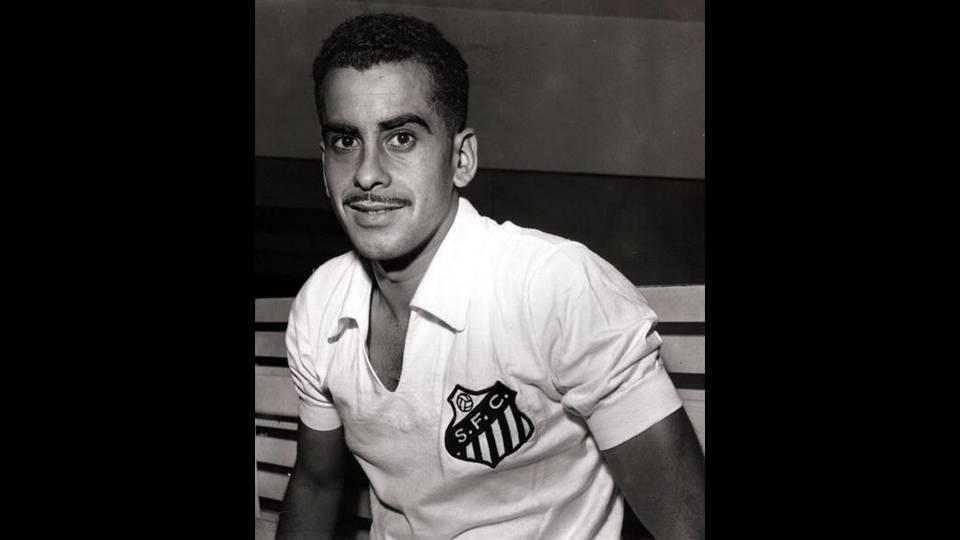 Zito posa para foto com a camisa do Santos, provavelmente em 1964