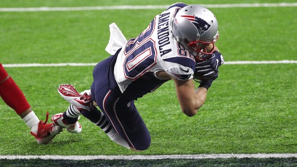 Danny Amendola cruza a linha e marca touchdown para os Patriots