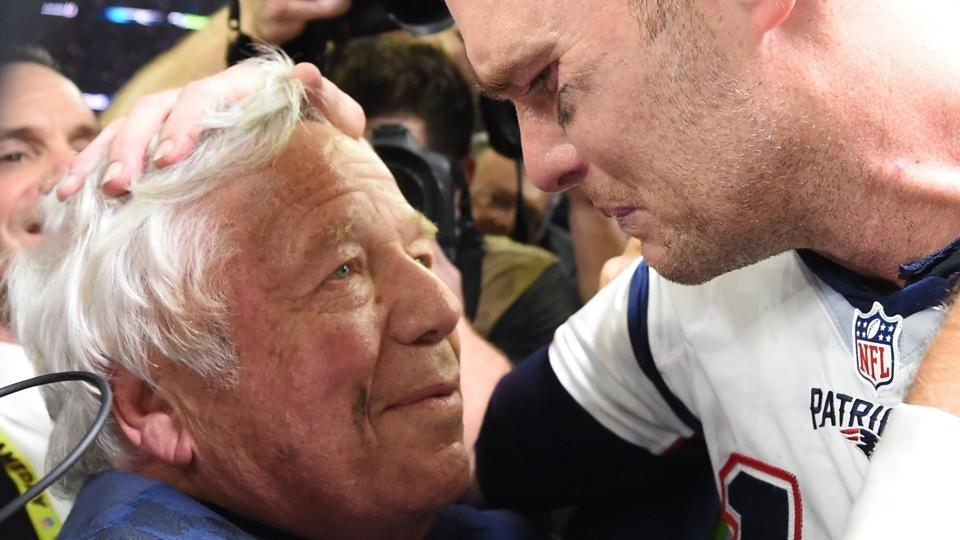 O choro de Tom Brady com Robert Kraft, dono dos Patriots, após a conquista do Super Bowl LI