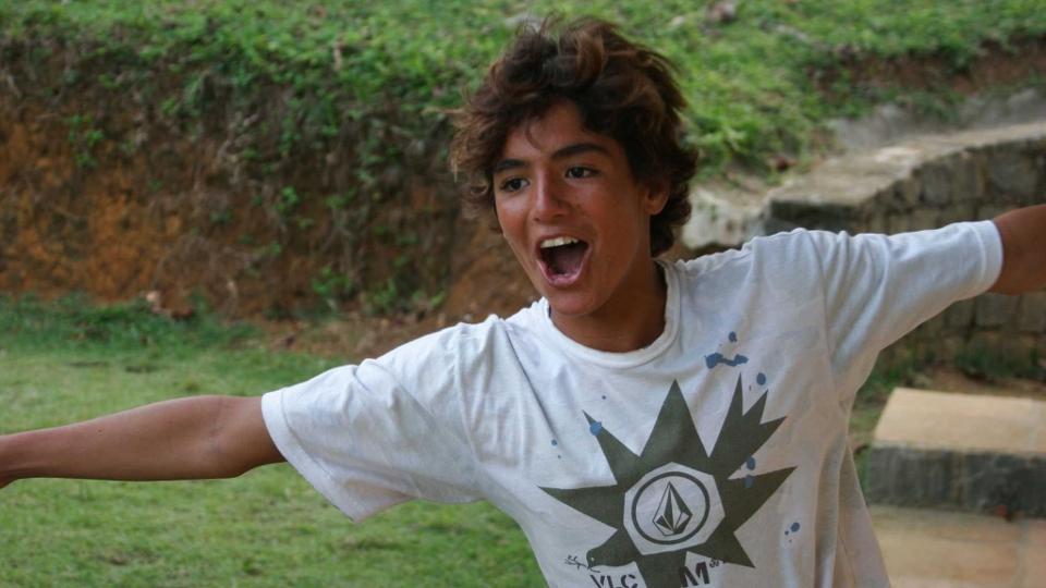 Aos 13 anos, Gabriel Medina já comemorava. No caso, ele ia para o abraço depois de marcar um gol de placa durante uma pelada em Itacaré com os amigos.