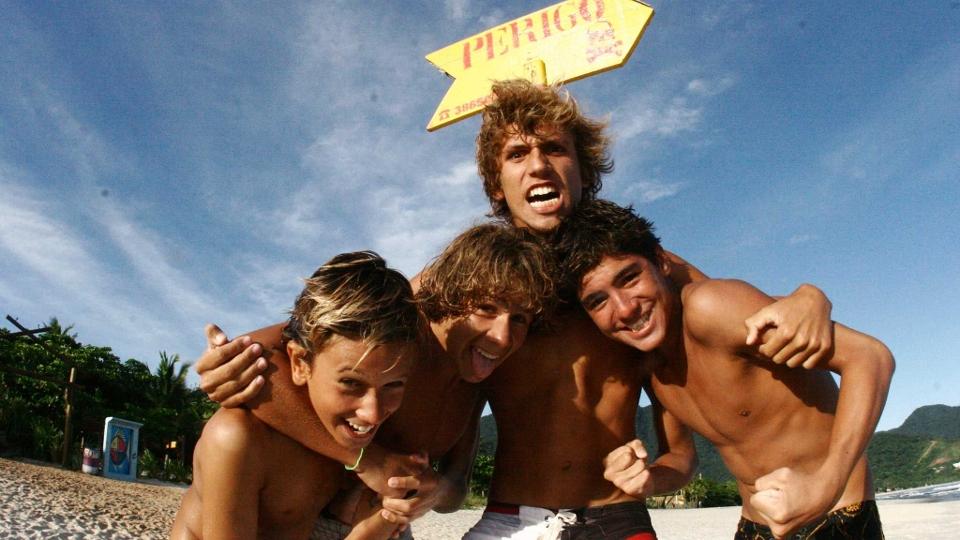 Gabriel junto com seus amigos de praia, Renan Castro, Renan Argemiro e Matheus Lee, em Maresias 2008.