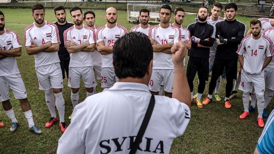 Em Seremban, na Malásia, a Síria treina em um campo precário para não ter de pagar uma taxa de US$ 3.500 para treinar em um estádio
