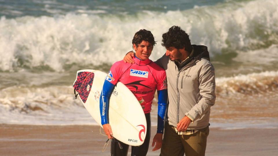 O padastro Charles, o maior incentivador de sua carreira, orientando o garotinho tímido durante o WQS na Praia Mole em 2009.