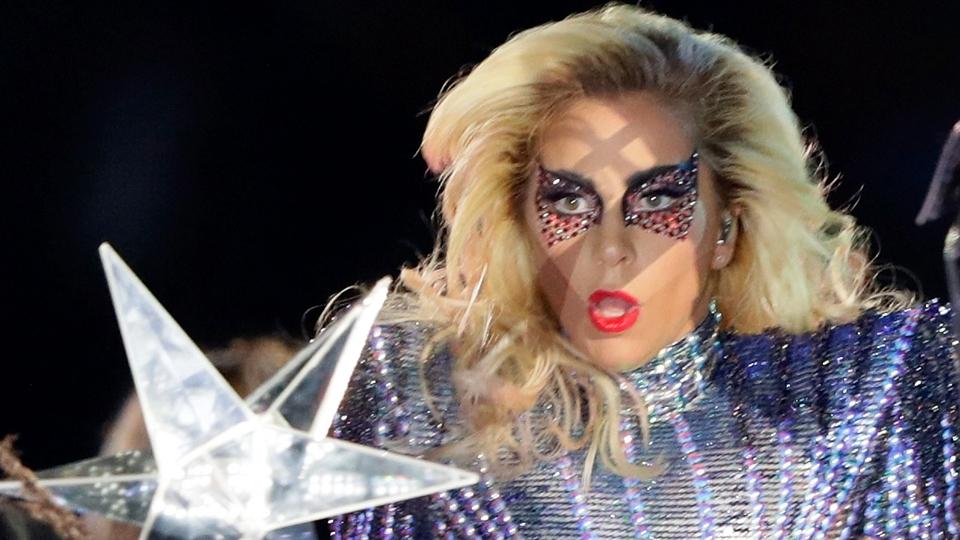 Lady Gaga durante a sua performance no show do intervalo do Super Bowl LI