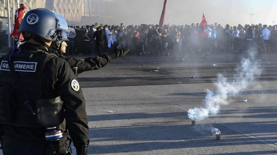 Polícia francesa não conseguiu afastar torcedores do Besiktas dos do Lyon