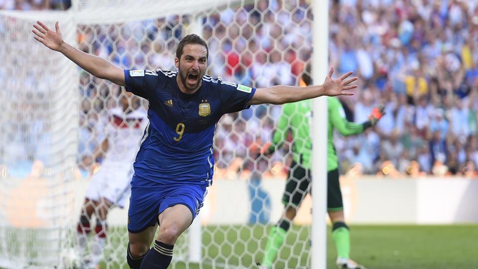 Higuaín comemora gol anulado por impedimento