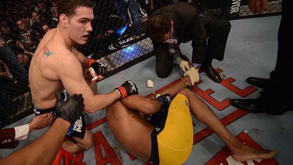 Rival Weidman rapidamente foi ver o que acontecia com Anderson, caído no chão