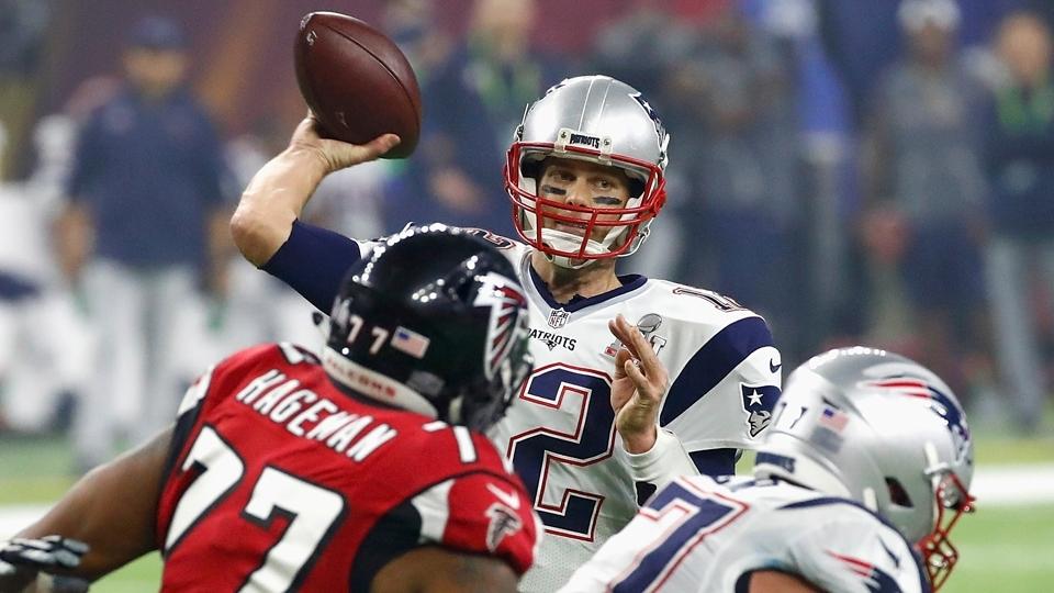 Tom Brady em ação para os Patriots no Super Bowl LI