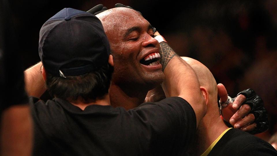 Abraçado pela equipe, Anderson abre um sorrisão após vencer Diaz