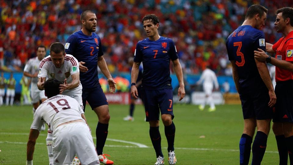 Diego Costa sofreu o pênalti que resultou no gol da Espanha; jogadores da Holanda reclamaram muito com o árbitro