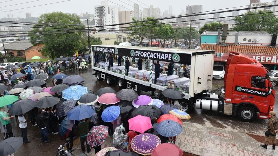 Para o memorial em 3/12/2016, na Arena Condá, estádio do Chape, os 50 caixões foram trazidos para esses caminhões. Homenagem diante da tragédia.