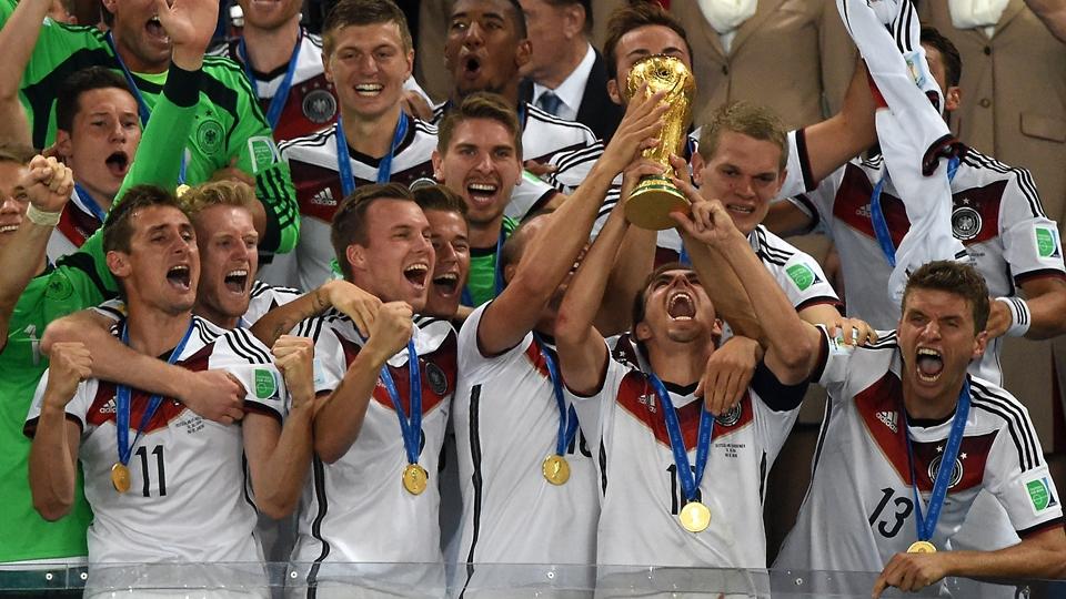 Jogadores da Alemanha levantam a taça da Copa do Mundo