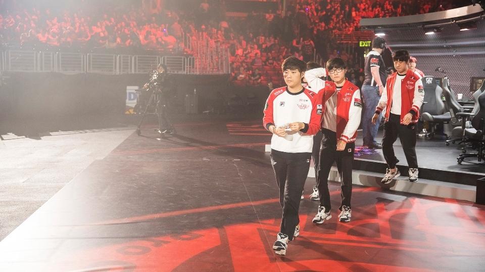 Time da SKT sai do palco cabisbaixa ao deixar escapar o título mundial no terceiro jogo da série