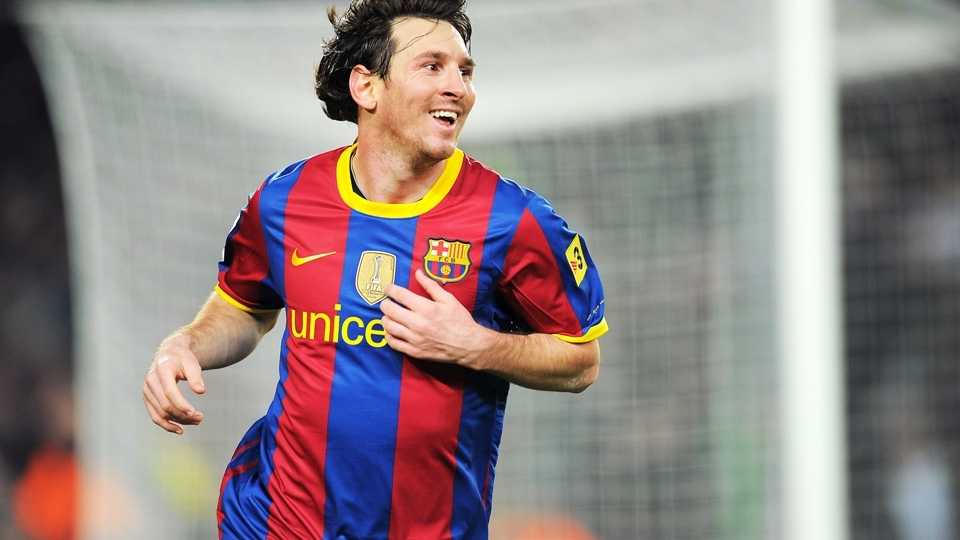 Messi com a camisa 2010/11 do Barcelona: listras médias e gola inteira em amarelo