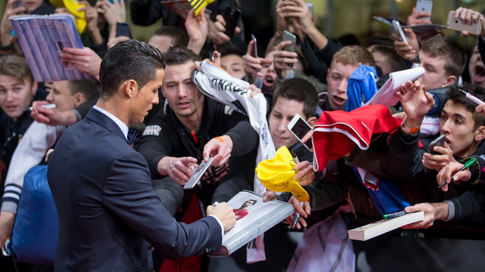 Cristiano Ronaldo distribui autógrafos antes da premiação