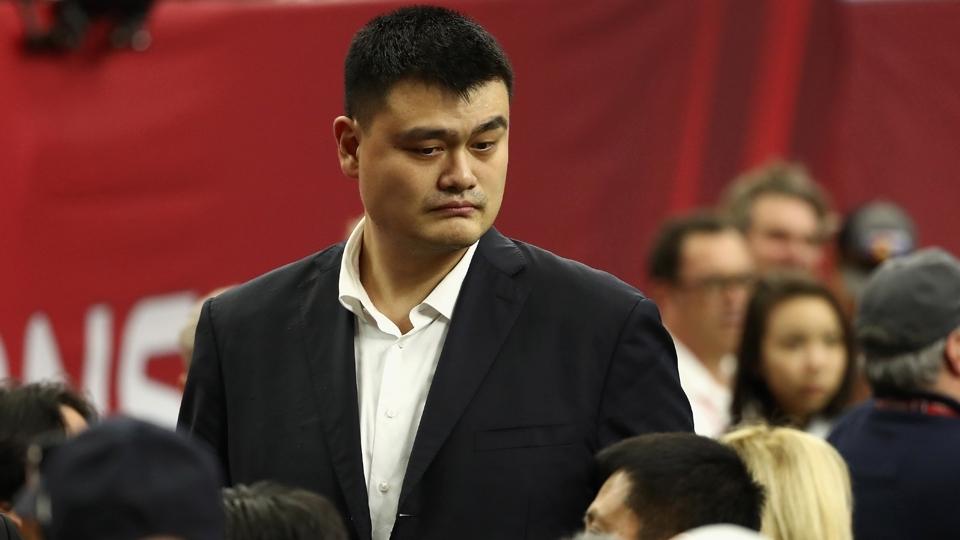 O gigante Yao Ming, astro histórico dos Rockets, passeia pelos bastidores do Super Bowl LI em Houston