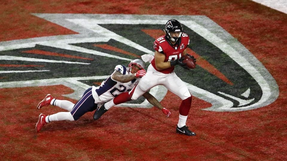 Austin Hooper (81) recebe passe para conquistar o segundo touchdown dos Falcons no Super Bowl LI