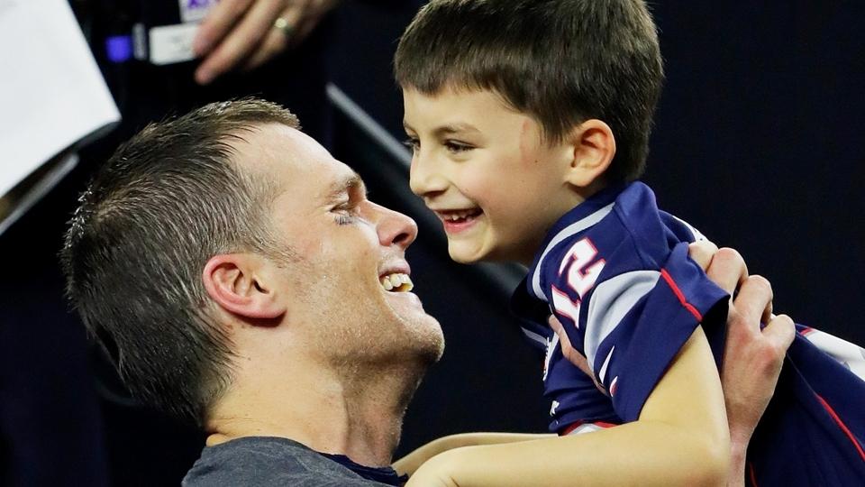 Tom Brady comemora a conquista do Super Bowl LI com seu filho, Benjamin