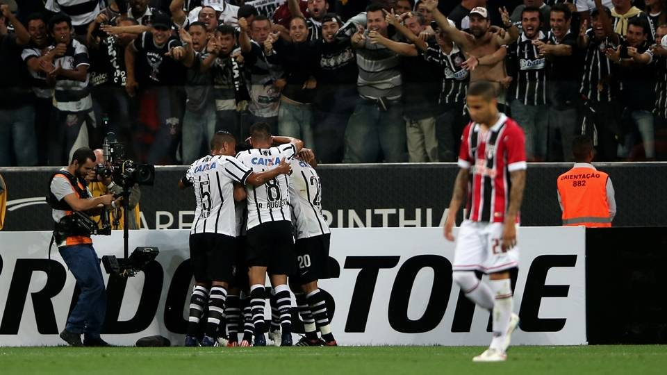 Jogadores do Corinthians comemoram gol sobre o São Paulo