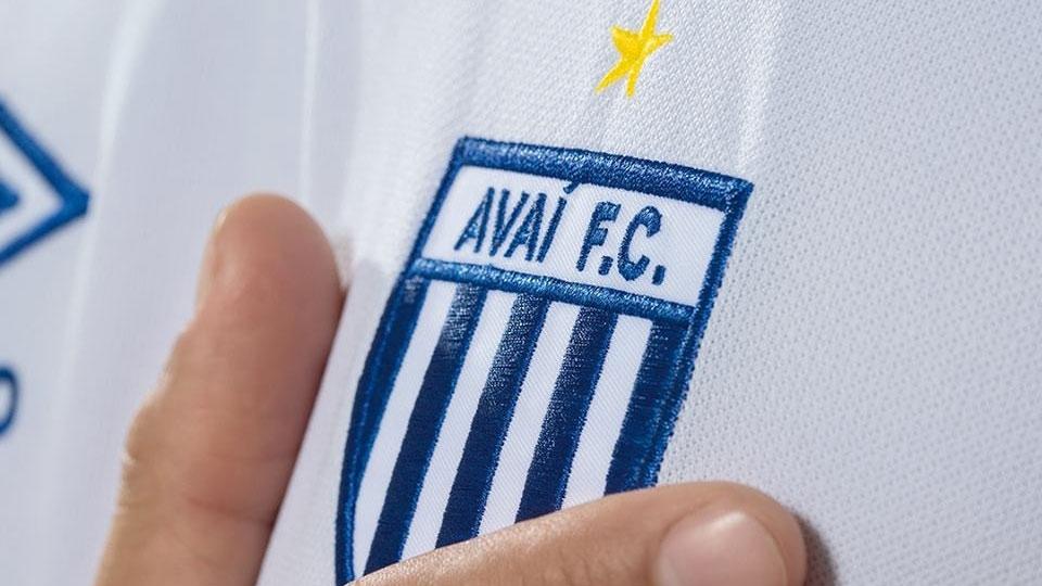ee4a169e04bf8 Barcelona lançará a  camisa mais polêmica de todos os tempos ...