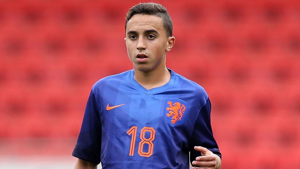 O meio-campista holandês Abdelhak Nouri segue no Ajax e se alterna entre o time sub-21 e o principal