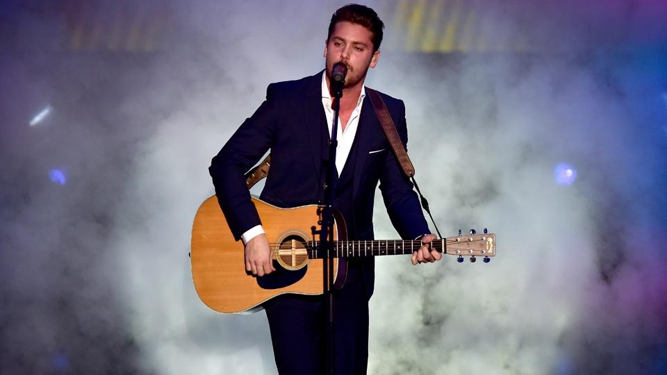 O cantor suíço Bastian Baker fez uma apresentação durante a premiação