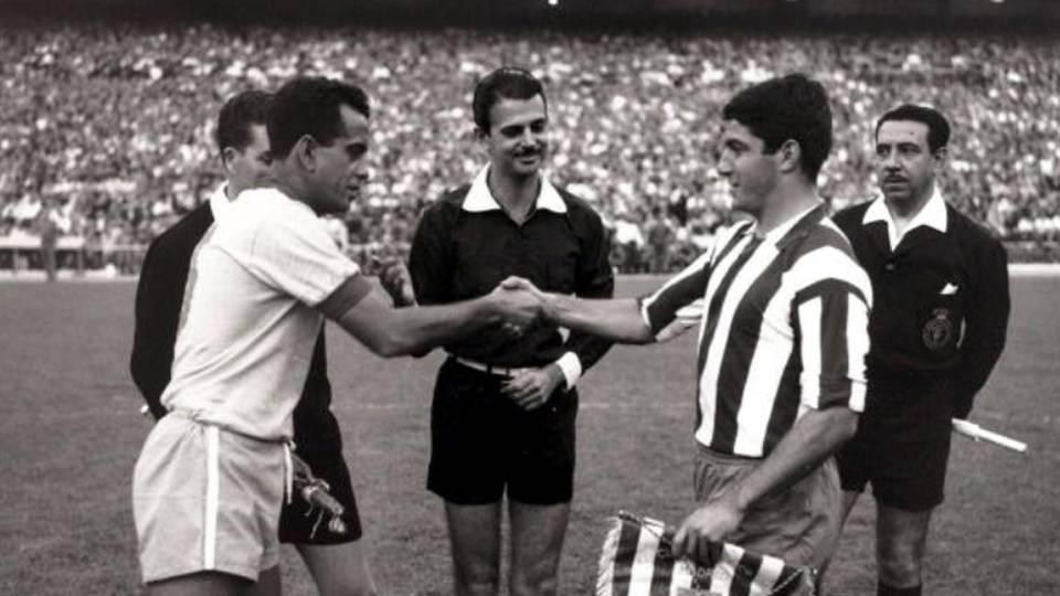 Zito, capitão da seleção em turnê pela Europa em 1966, cumprimenta jogador do Atlético de Madri antes de amistoso