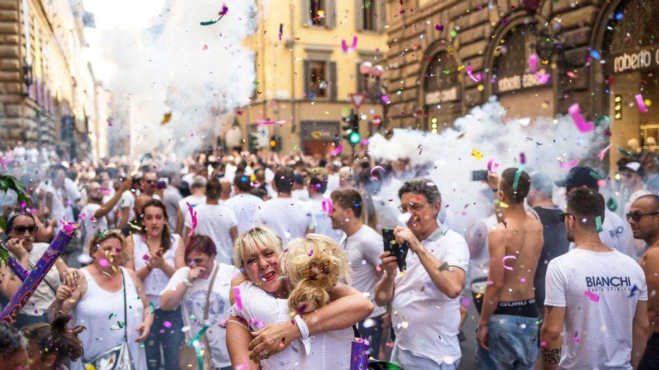 Os torcedores dos Bianchi (Brancos) em clima festivo antes da final