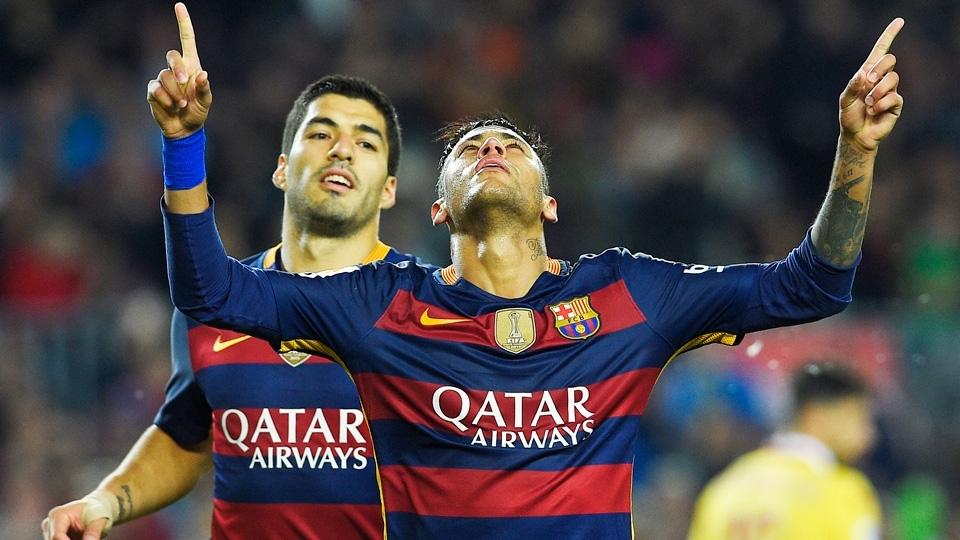 Neymar com a camisa 2015/16 do Barcelona: outra que gerou muita discussão, já que tinha listras horizontais