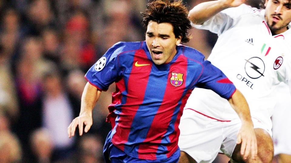 Deco com a camisa 2004/05 do Barcelona: listras médias com detalhes em vermelho nas laterais