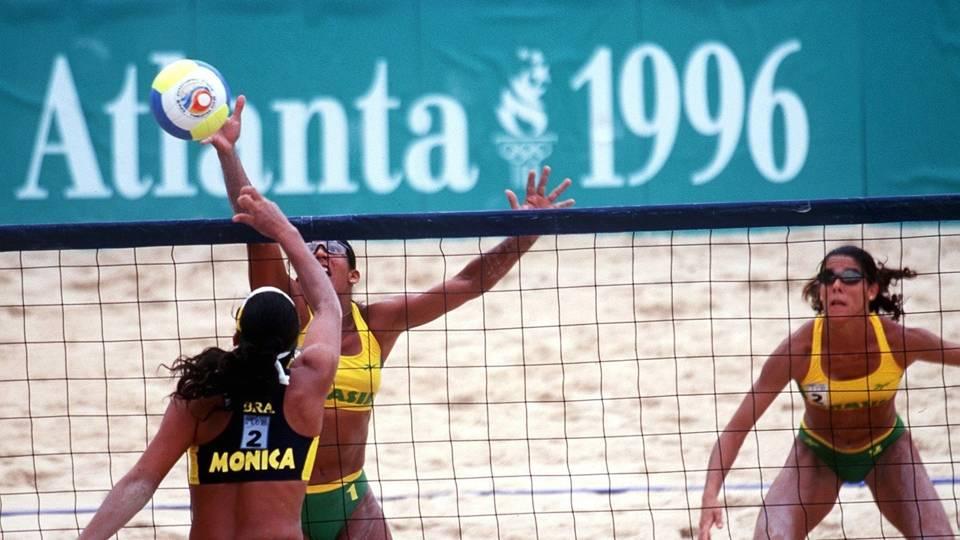 O 'primo' vôlei de praia ainda era embrionário. O primeiro Mundial da categoria foi em 1986, a primeira Olimpíada em 1996