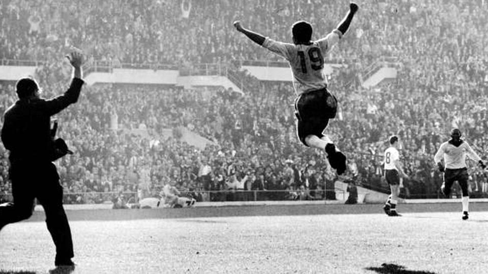 Zito voa para comemorar seu gol, o 2º na vitória do Brasil sobre a Tchecoslováquia na final da Copa de 1962