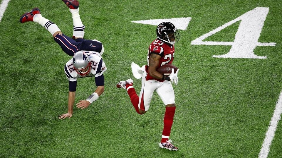 Robert Alford (23), dos Falcons, intercepta Brady e avança para o touchdown, fazendo 21 a 0 nos Patriots
