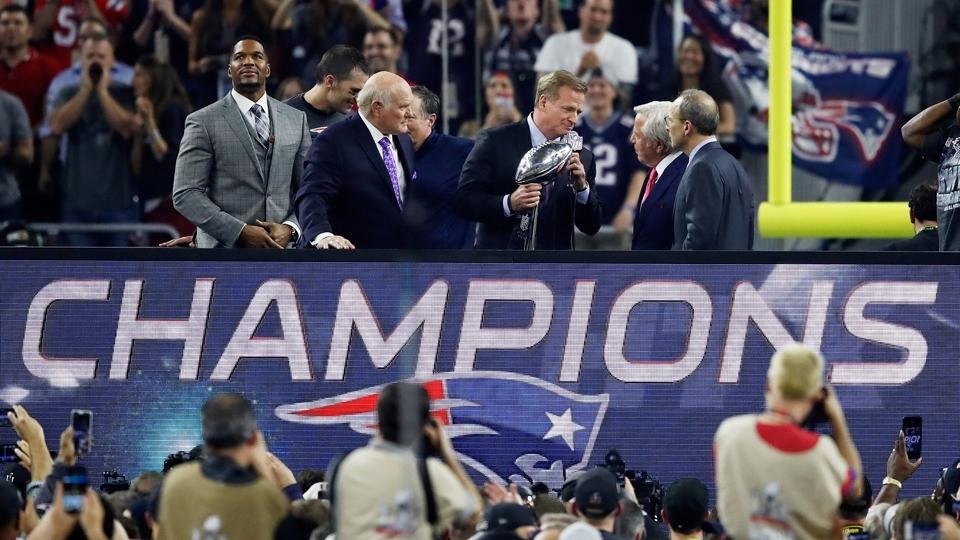 O chefão da NFL, Roger Goodell, entrega o troféu de campeão do Super Bowl LI para os Patriots