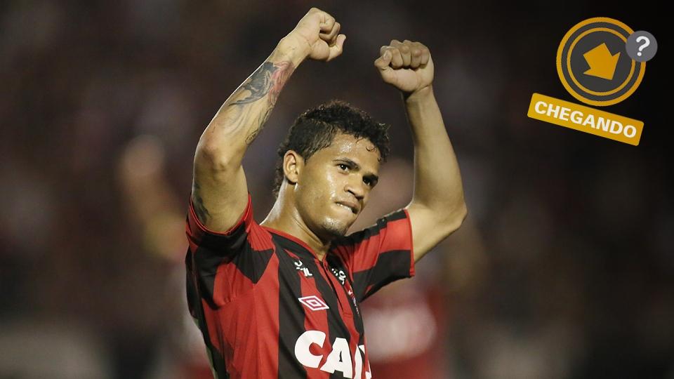 Léo se destacou pelo Atlético-PR, mas volta ao Vitória, com quem tem contrato. Fla tem interesse