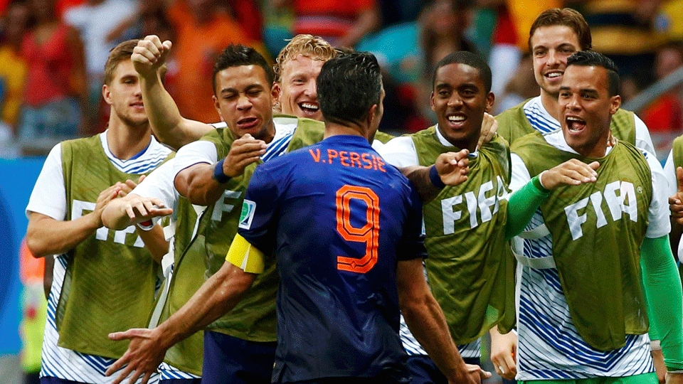 Van Persie foi comemorar com os jogadores do banco da Holanda
