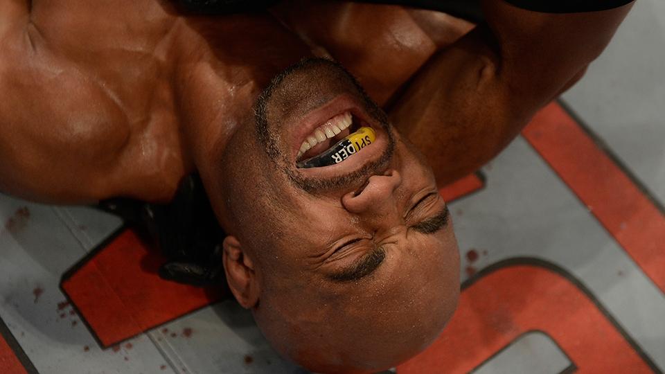 Anderson rapidamente foi aos prantos, desesperado com a lesão séria