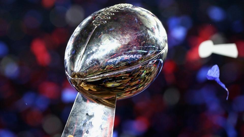 O troféu Vince Lombardi brilha em Nouton: o Super Bowl LI é dos Patriots