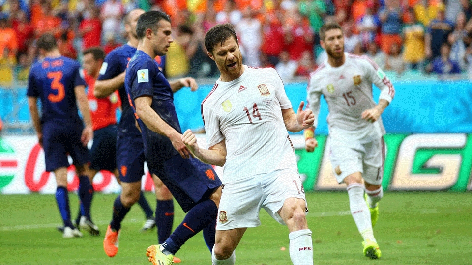 Xabi Alonso vibra após abrir o placar para a Espanha