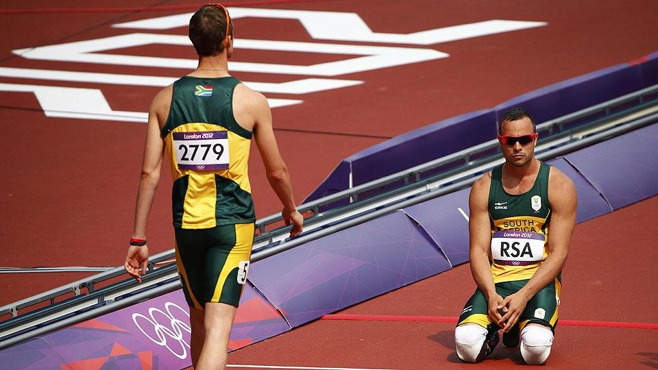 Pistorius se ajoelha na pista de atletismo em Londres em prova que não conseguiu disputar