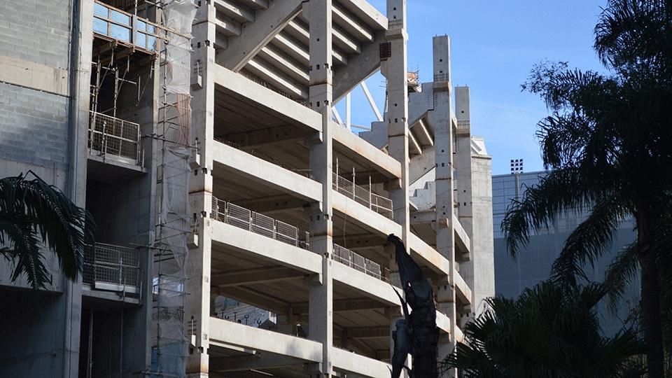 Vista externa do local onde está sendo construído o novo estádio palmeirense