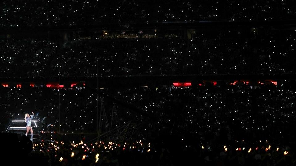 Torcida ilumina a apresentação de Lady Gaga no show do intervalo do Super Bowl LI