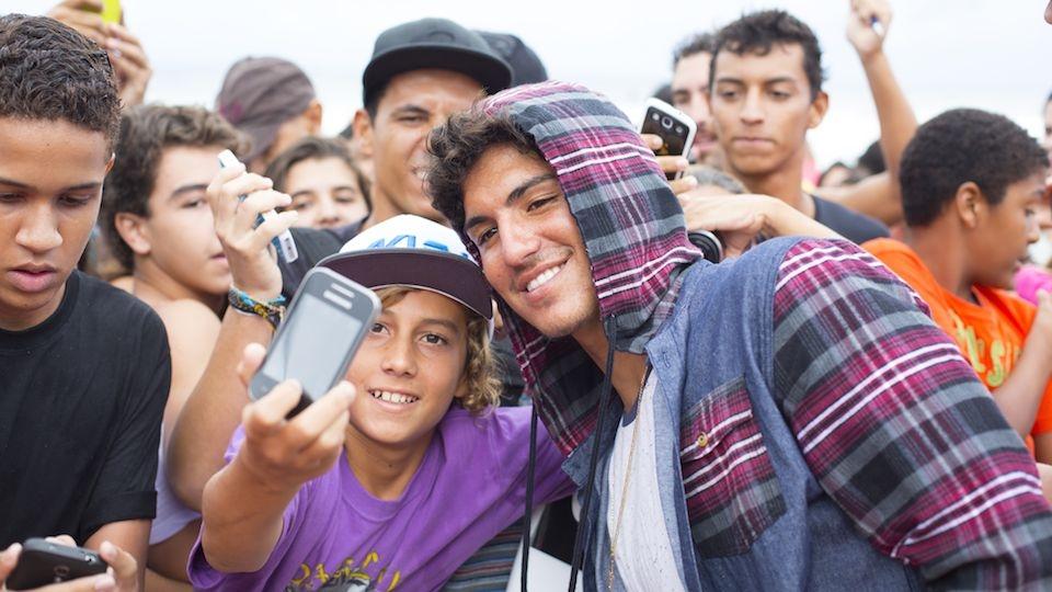 No Rio de Janeiro, em Maio, Gabriel Medina já era tratado como uma celebridade, pelo menos pelos fãs de surf