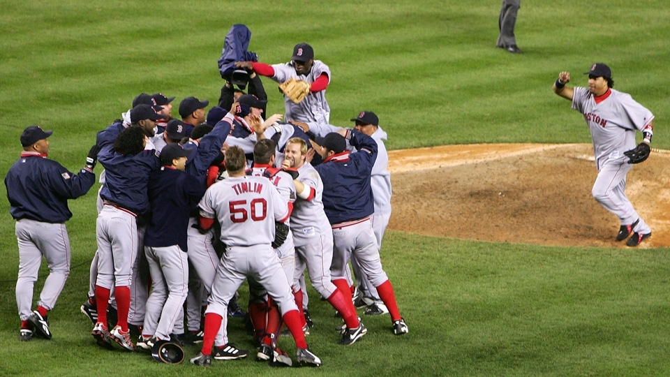 Em 2004, Red Sox virou série improvável depois de estar perdendo para o maior rival, os Yankees, por 3 a 0, ganharam o título e quebraram tabu
