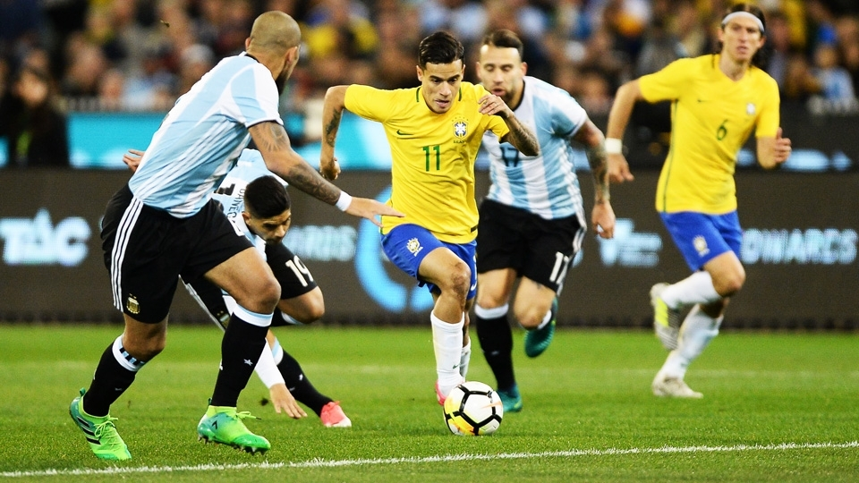 Philippe Coutinho jogando pela seleção brasileira no clássico sul-americano
