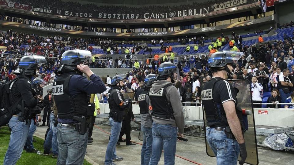 Policiais franceses observam arquibancadas já esvaziadas após briga entre torcedores