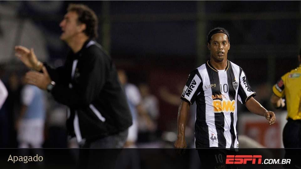 No 1º jogo da final, Ronaldinho foi omisso e saiu de campo, substituído, 'encarando' Cuca